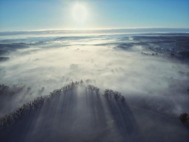 Vue aérienne du village polonais brumeux