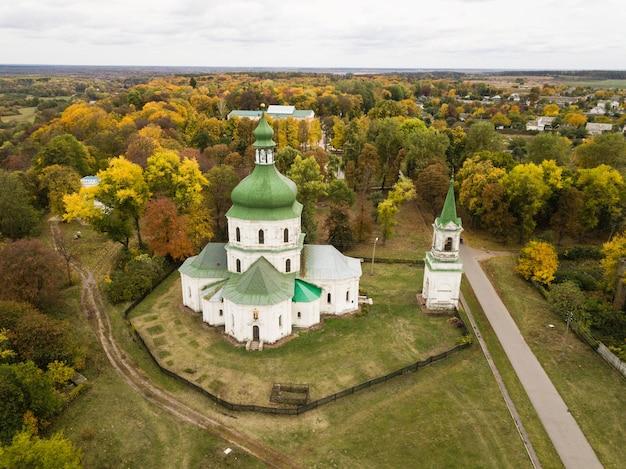 Vue aérienne du village provincial de sedniv et de l'église de la résurrection à l'automne, région de tchernihiv, ukraine
