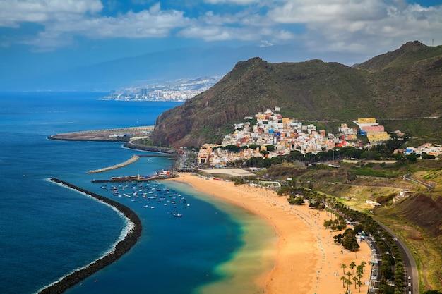 Vue aérienne du village de san andres et de la plage de las teresitas
