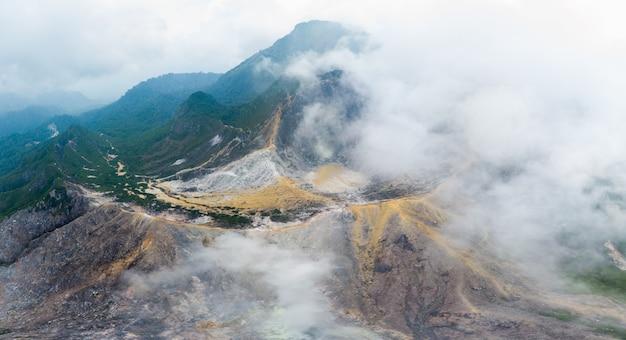 Vue aérienne du volcan sibayak, berastagi, sumatra, indonésie.
