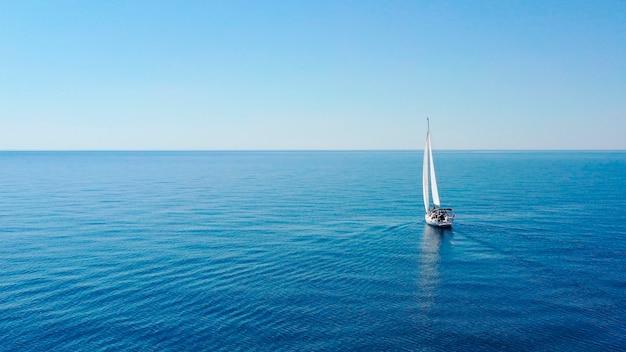 Vue aérienne du yacht de luxe à voile en mer ouverte aux beaux jours en croatie