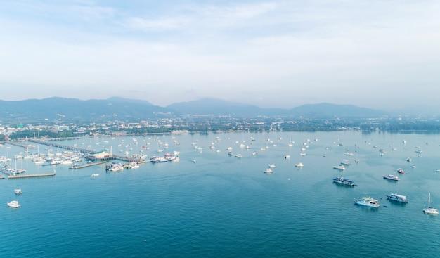 Vue aérienne du yacht et des voiliers dans la marina de la baie de chalong, phuket, thaïlande