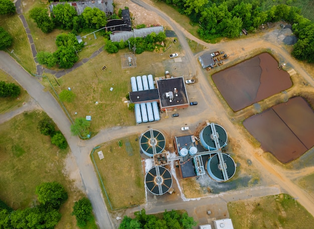 Vue aérienne des eaux usées d'une usine de traitement des eaux usées d'une ferme d'eaux usées entourant l'industrie
