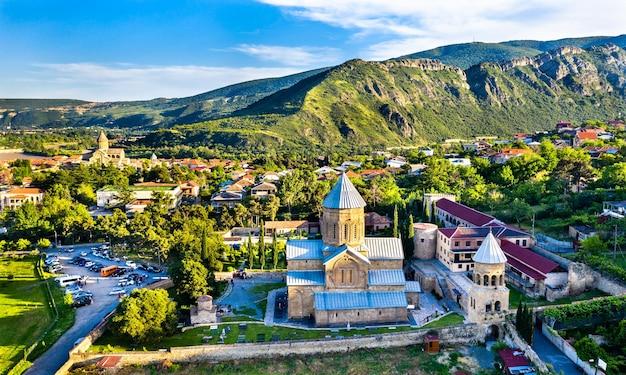 Vue aérienne de l'église orthodoxe de la transfiguration de samtavro et du couvent de saint nino à mtskheta, géorgie