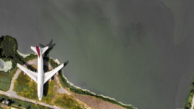 Vue aérienne épave d'un vieil avion sur la vue de dessus, prise de vue par drone