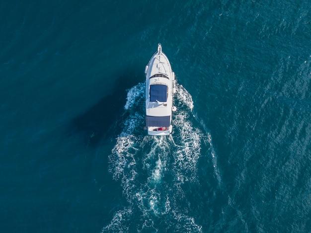 Vue aérienne de l'équipe des services d'urgence de la mer en bateau à moteur rapide