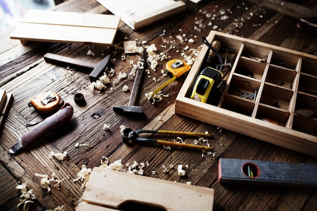 Vue aérienne de l'équipement d'outils de charpentier situé sur une table en bois