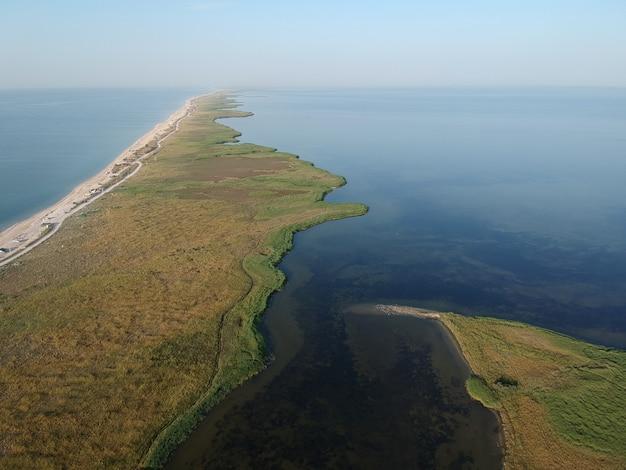 Vue aérienne d'été de la plage vide de la mer d'azov, ukraine