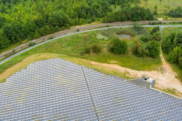 Vue aérienne étonnante des panneaux solaires dans une rangée dans l'énergie électrique du paysage de l'énergie verte