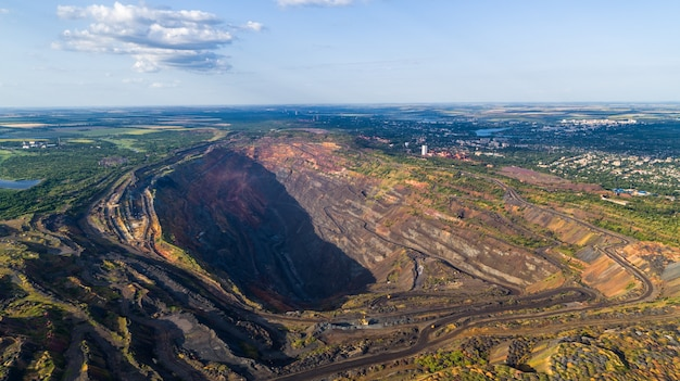 Vue aérienne de l'exploitation minière à ciel ouvert de la carrière de minerai de fer.