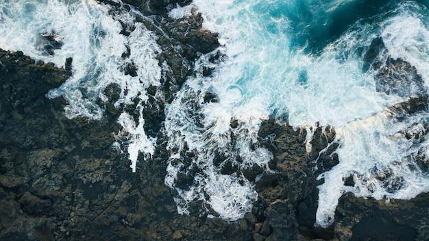 Vue aérienne des falaises et de l'écume des vagues de la mer. océan atlantique aux îles canaries