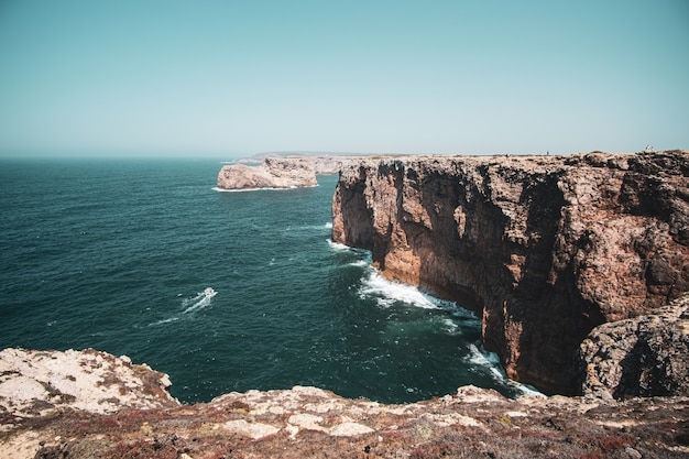 Vue aérienne des falaises et de la mer