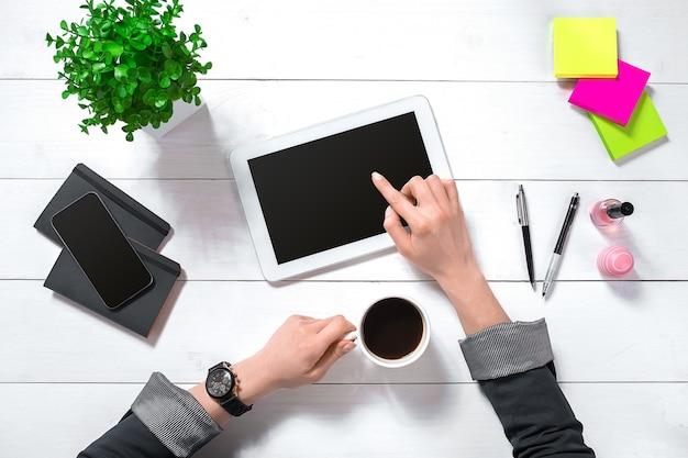 Vue aérienne de la femme d'affaires travaillant à l'ordinateur au bureau. lieu de travail féminin.