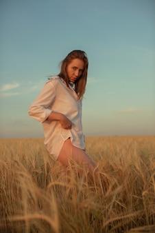 Vue aérienne de la femme allongée dans le champ de blé jaune