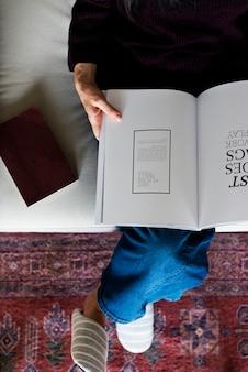 Vue aérienne, de, femme lisant livre