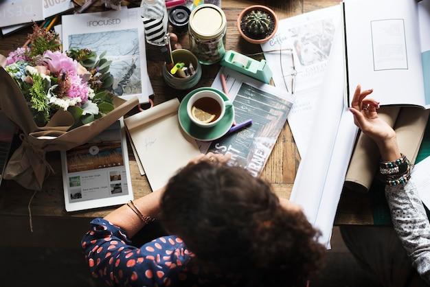 Vue aérienne d'une femme à son bureau