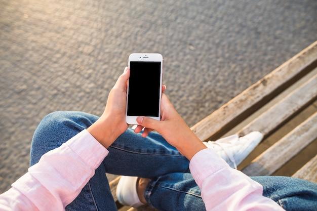 Vue aérienne d'une femme tenant un smartphone