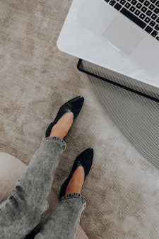 Vue aérienne d'une femme travaillant dans son bureau