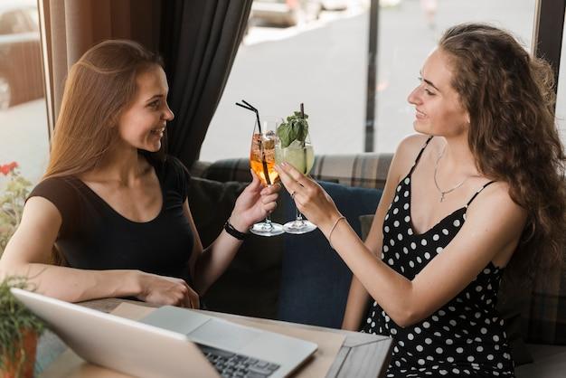 Vue aérienne, de, femmes, amis, grillage, lunettes, de, boissons, dans, restaurant
