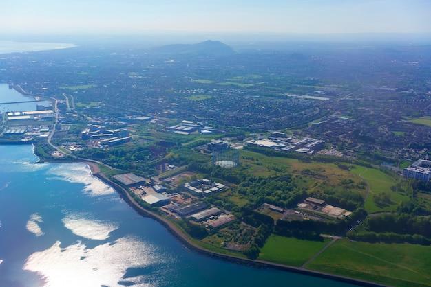 Vue aérienne de la fenêtre de l'avion au-dessus d'édimbourg