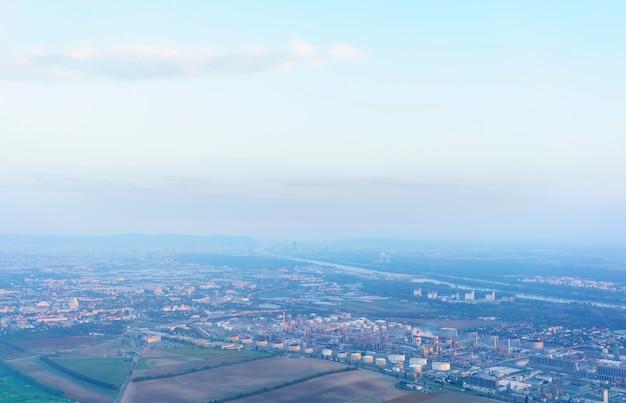 Vue aérienne de la fenêtre de l'avion sur vienne le jour brumeux , autriche