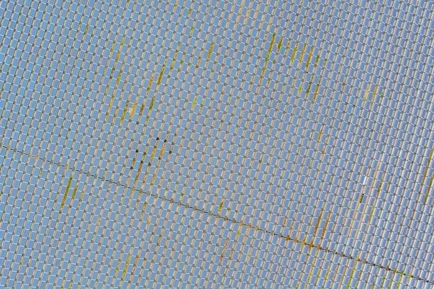 Vue aérienne de la ferme de panneaux solaires de lignes énergétiques avec énergie verte alternative renouvelable