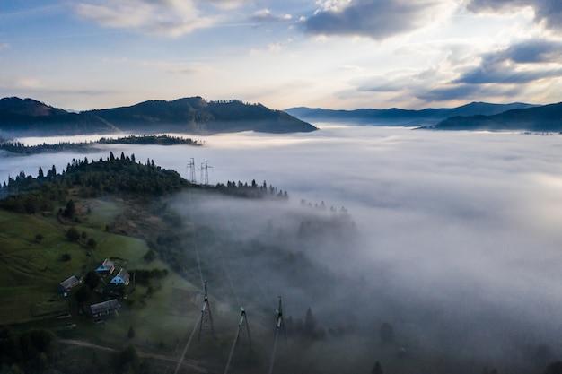 Vue aérienne de la forêt enveloppée de brouillard matinal sur une belle journée d'automne