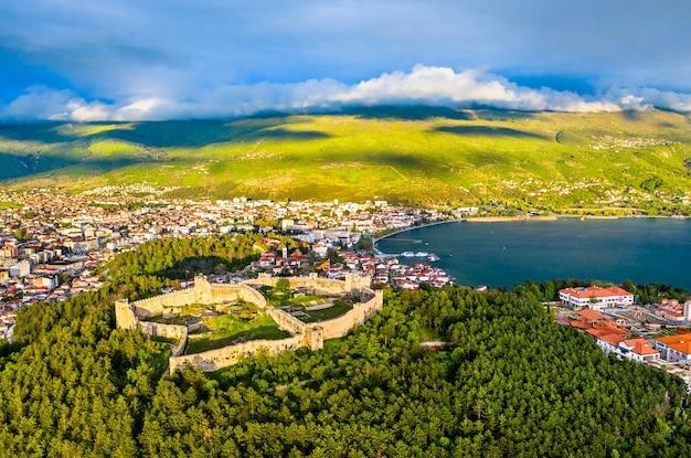Vue aérienne de la forteresse de samuel à ohrid en macédoine du nord