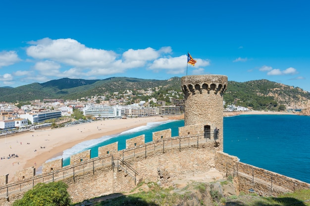 Vue aérienne de la forteresse de vila vella et de la baie de badia de tossa en été à tossa de mar sur la costa brava, en catalogne, en espagne