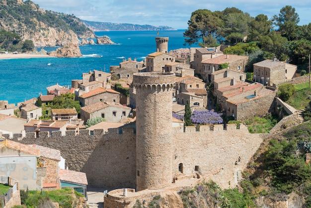 Vue aérienne de la forteresse vila vella et de la baie de badia de tossa à tossa de mar, catalogne, espagne