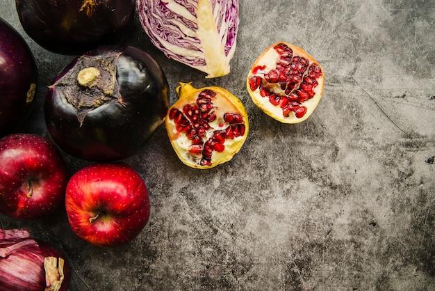 Vue aérienne de fruits et légumes frais sur fond de béton