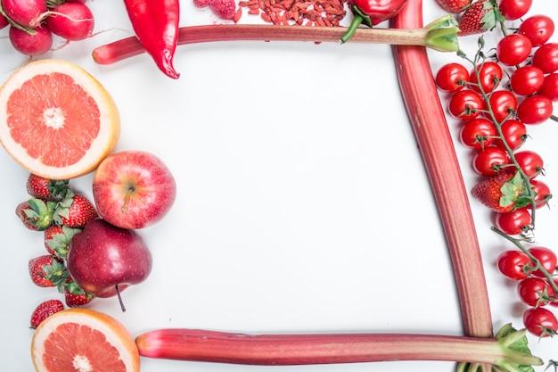 Vue aérienne de fruits rouges et de légumes sur fond blanc