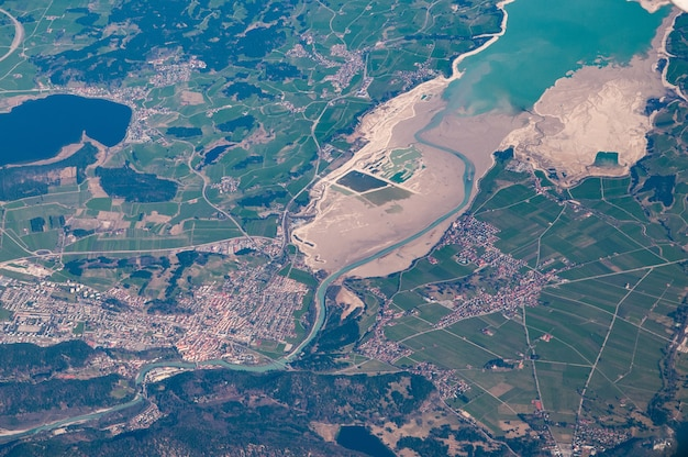 Vue aérienne de füssen et forggensee, allemagne