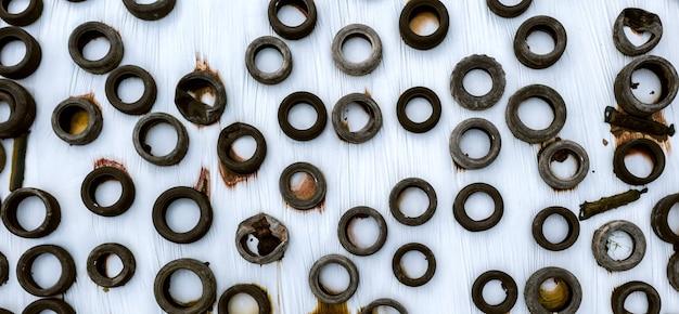 Vue aérienne d'un grand nombre de vieux pneus usés