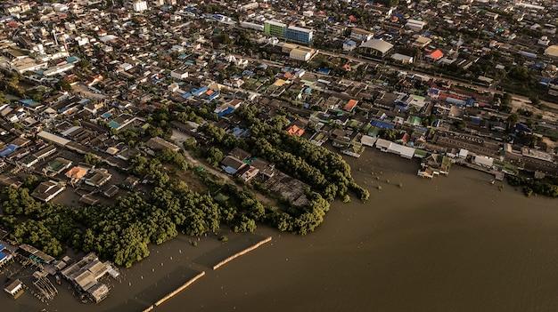 Vue aérienne de la grande communauté vivre au bord de la mer, thaïlande