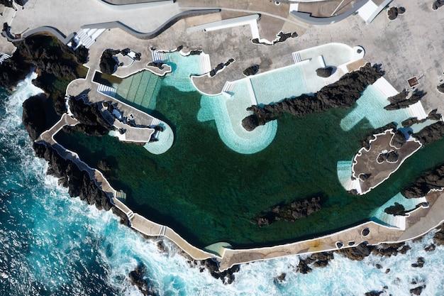 Vue aérienne d'une grande piscine sur une falaise près de la mer