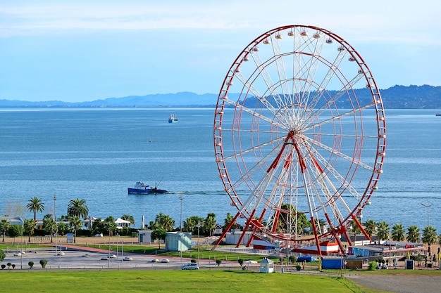 Vue aérienne de la grande roue de la ville de batoumi sur la côte de la mer noire région adjare de géorgie