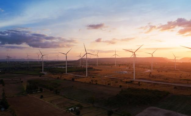 Vue aérienne de grandes éoliennes au coucher du soleil