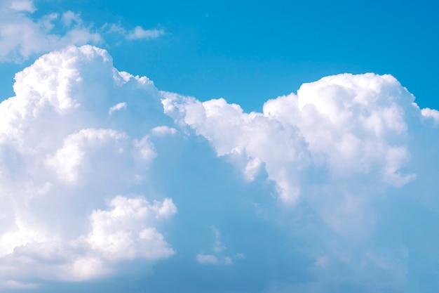 Vue aérienne de grands nuages blancs