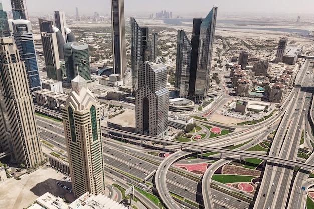 Vue aérienne des gratte-ciel et du carrefour routier à dubaï