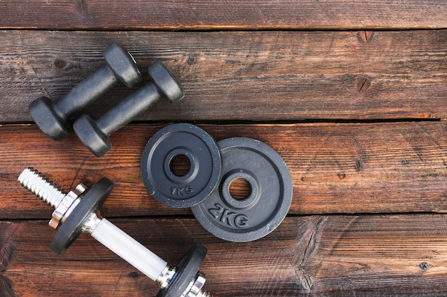 Vue aérienne, de, haltères, et, poids, plaques, sur, table bois