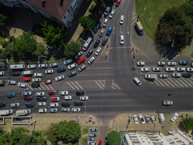 Vue aérienne de haut en bas abstraite de route du trafic urbain de ville à l'heure de pointe