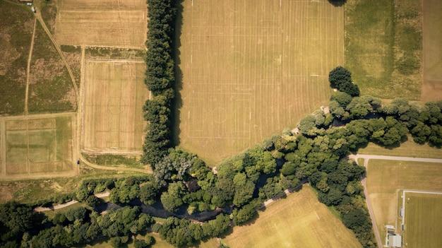 Vue aérienne de haut en bas au-dessus d'une rivière au pays de galles