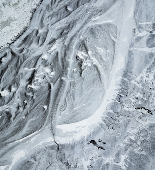 Vue aérienne de haut en bas du chemin glacé menant à la base du glacier sólheimajökull