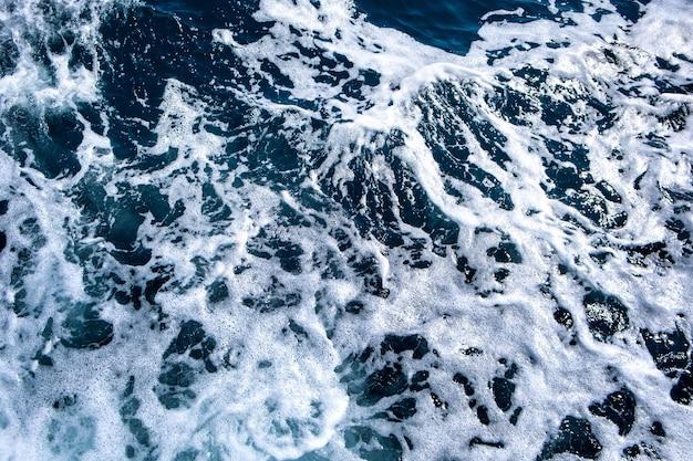 Vue aérienne de haut en bas de la surface de l'eau de mer