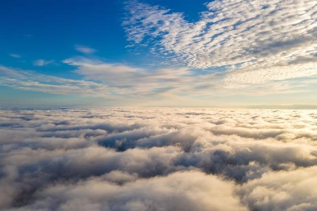 Vue aérienne d'en haut des nuages gonflés blancs en journée ensoleillée.