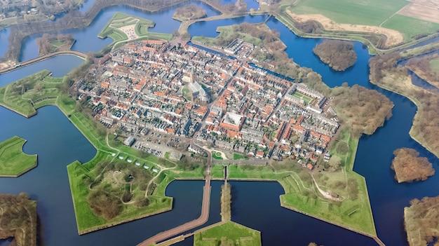 Vue aérienne de haut de la ville de naarden fortifiée en forme d'étoile et village historique en hollande d'en haut, pays-bas