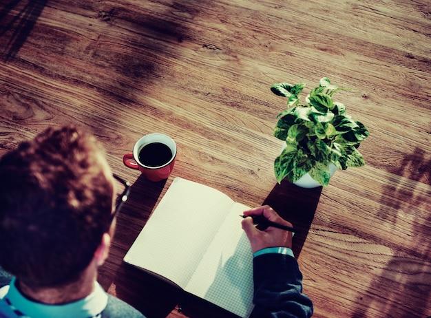 Vue aérienne, de, homme affaires, écriture, sur, bloc notes