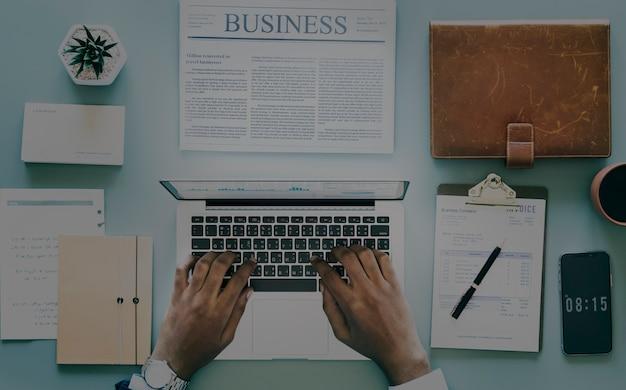 Vue aérienne, de, homme affaires, utilisation, ordinateur portable