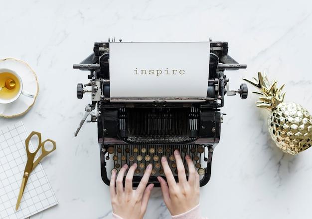 Vue aérienne, de, a, homme, dactylographie, sur, a, rétro, machine à écrire